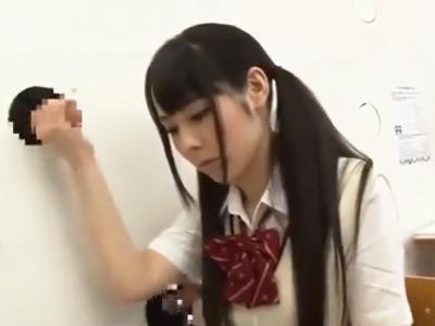 教室中からチンポが飛び出している淫乱学園で楽しげにフェラ抜き練習する美少女JK