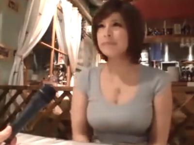 巨乳な素人娘がアルバイト先の店内でお肉棒をハメられ絶叫イキw