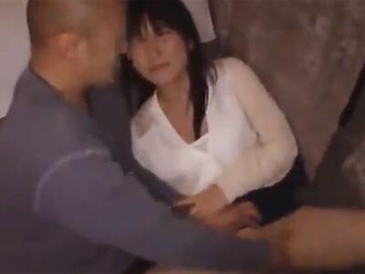 黒髪のお姉さんが夜行バス内で鬼畜男に強引にチンポ挿入されて中出しパコ