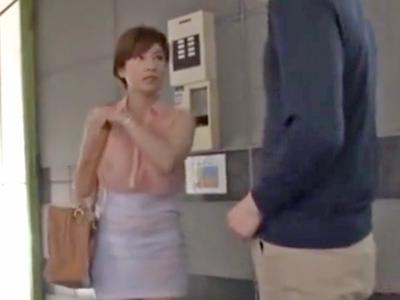 服の下に乳首が透けているショトカお姉さんにムラついてぶっかけパコ開始