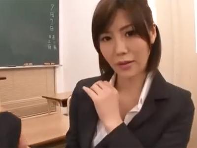 「もぅ…勃っちゃったの?」生徒の勃起チンポを足コキ抜きしてあげる優しい痴女教師