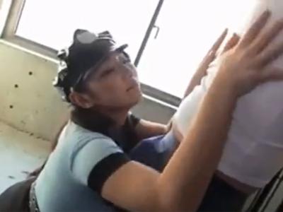 警官コスプレの痴女お姉さんが囚人チンポをねっとり腿コキでザーメン絞り