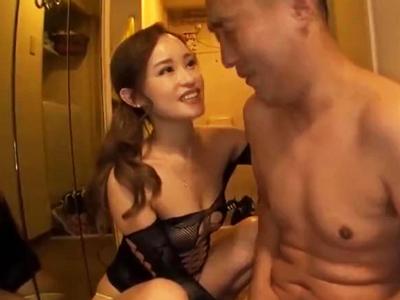 痴女が男性の部屋に押入りおちんぽ手コキされ直ぐイかされ大量射精してしまう