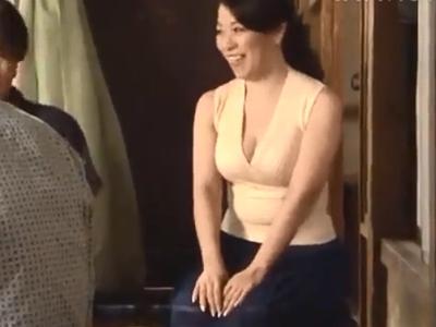 巨乳熟女が若男にチンポをねじ込まれ乳首をビン勃ちさせながら本気イキ