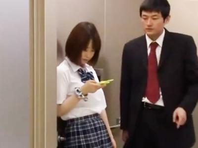 「助けてくださぃ」エレベーターに挟まって身動きがとれないJKを後ろからパコって中出し!