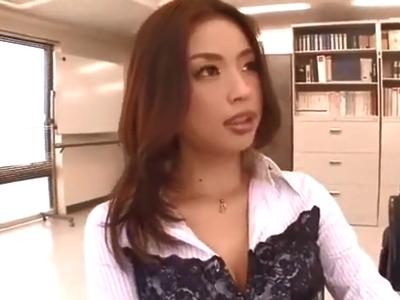 会議室で上司に痴女ってフェラ抜きまでキメたビッチ巨乳w