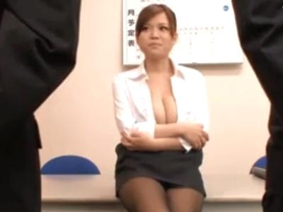 ド淫乱な巨乳OLが部下を誘惑しオフィスでパイズリ抜き!