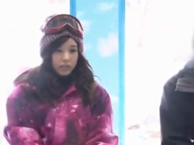 スキーをしに来ていた素人娘がMM号で友人と禁断のパコ