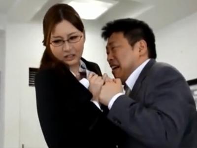 仕事でミスをして後がない変態男から強引に迫られてハメられる美女OL