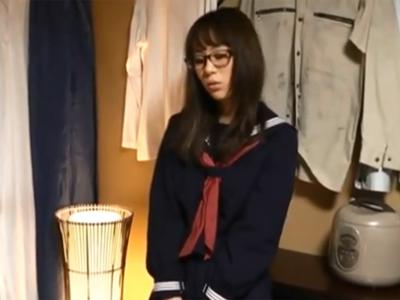 眼鏡の似合う美少女JKが汚いおっさんに抱かれてマジイキ連発