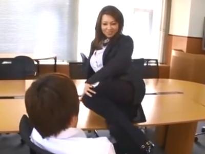 「早くきてぇ」ドスケベな熟女OLが後輩を誘惑しオフィスパコw