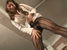 フェロモン溢れる美人秘書の手コキに我慢出来ずザー汁大量噴射!