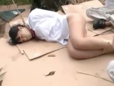 「もぅやらぁ…!」ロリJKが野外で集団顔射レイプされて茫然自失!