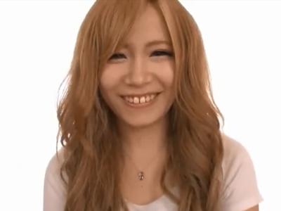 笑った顔が可愛いギャル美女の綺麗なお顔にザーメン大量顔射