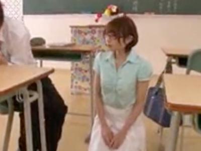 「たくさん突いてっ」放課後の教室で生徒を誘惑し性欲を満たす淫乱教師