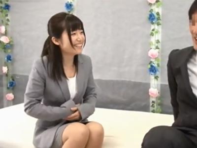 笑顔が可愛い新人OL美女が上司チンポで犯されて痙攣イキ