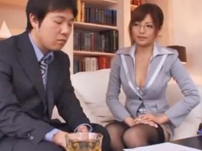 卑猥なボディを見せつけ誘惑してくる巨乳秘書に理性崩壊!