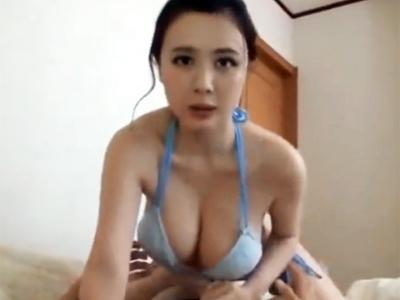 巨乳の水着美女が自分の姿で勃起してくれたチンポを優しく性処理パコ