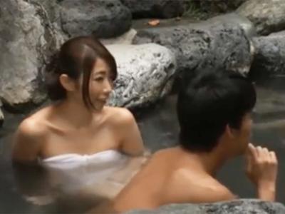 夫婦で露天風呂に来た美人妻が夫以外のチンポと乱交ハメして大満足アクメ