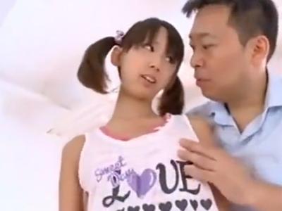 「激しいよぉ…」ちっぱいなロリ美少女が変態オヤジに全身を舐め回され悶絶w