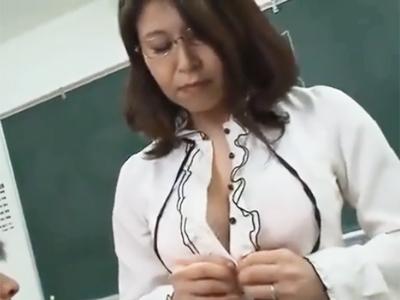 ムッチリ体型の熟女教師が補習と称して教え子と生中出しファック