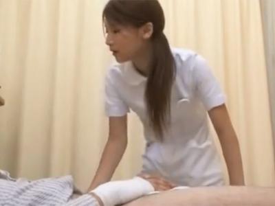 美女ナースが怪我で身動き取れない男の為に仕方なく手コキ&フェラ抜き